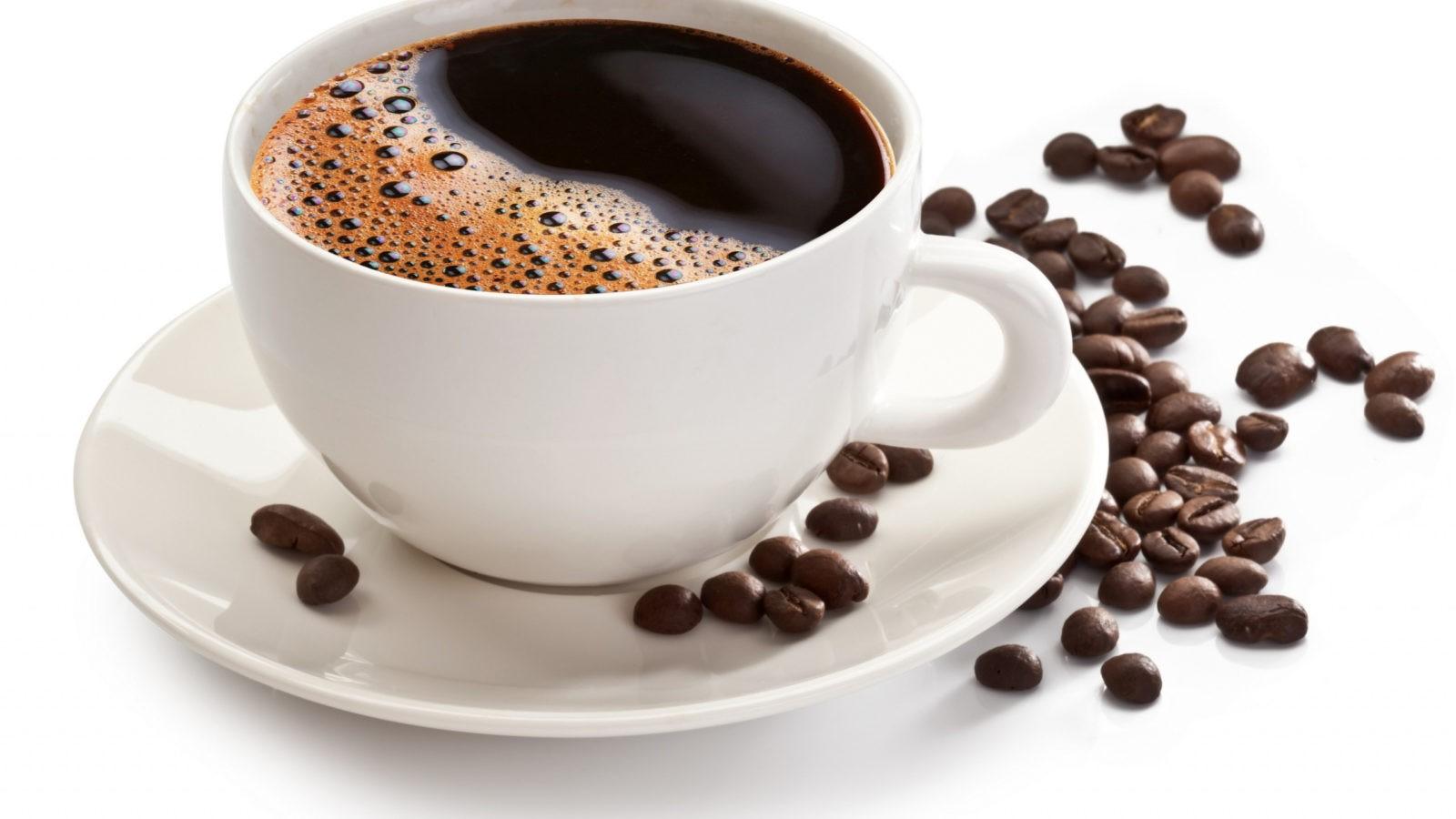 kofe chashka zerna blyudce belyy - 4 вредных эффекта кофеина