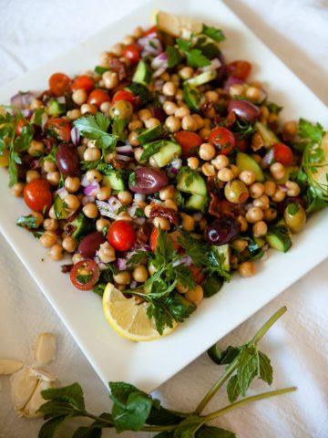 веганский салат из дикого риса с ягодами годжи